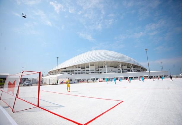 Budweiser cria campo de futebol com copos de plástico reciclados